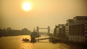 在泰晤士河的轻松的早晨,塔桥梁在背景中 股票录像