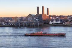 在泰晤士河的货船格林威治发电站的 库存照片