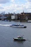 在泰晤士河的水警艇 免版税图库摄影