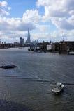 在泰晤士河的水警艇 图库摄影