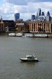 在泰晤士河的水警艇 库存照片