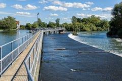 在泰晤士河的Hambleden测流堰 库存图片