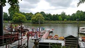 在泰晤士河的Hammertons轮渡在Twickenham米德塞科斯 库存照片