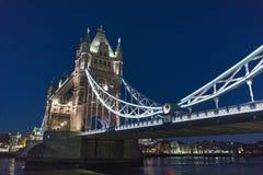 在泰晤士河美好的夜视图的塔桥梁伦敦 图库摄影