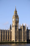 在泰晤士河之上的大笨钟 免版税库存图片