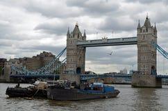 在泰晤士河,伦敦的塔桥梁 图库摄影