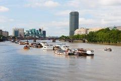 在泰晤士河,伦敦,英国的小船 库存照片