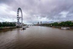 在泰晤士河,威斯敏斯特的多雨天气宫殿 免版税库存图片