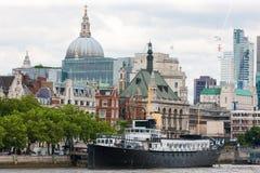 在泰晤士河,英国的东伦敦地平线 图库摄影