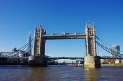 从在泰晤士的一条小船看见的塔桥梁 库存图片