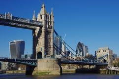 从在泰晤士的一条小船看见的塔桥梁 库存照片
