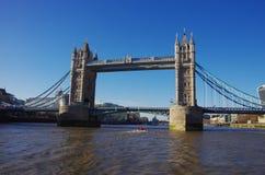从在泰晤士的一条小船看见的塔桥梁 免版税库存图片