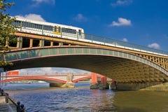 在泰晤士的桥梁 免版税库存照片