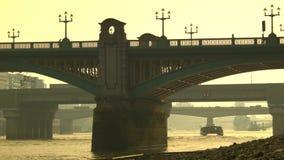 在泰晤士的橙色和朦胧的早晨在伦敦 股票录像