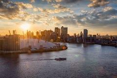 在泰晤士的看法伦敦地平线的在日落时间 免版税库存照片