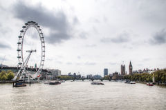 在泰晤士的看法和伦敦眼和大本钟 库存图片
