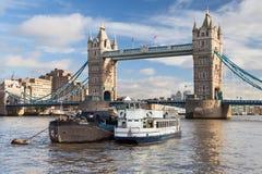 在泰晤士的老驳船 免版税图库摄影