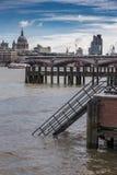 在泰晤士的跳船,有圣Pauls大教堂的 库存照片