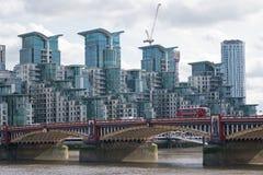 在泰晤士的银行的现代住房 免版税库存图片
