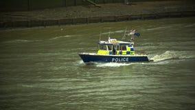 在泰晤士的水警艇多云天气的 股票录像