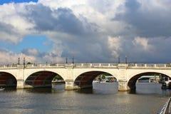 在泰晤士石头路桥梁的金斯敦在萨里 库存图片