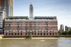 在泰晤士,伦敦的含氧的塔 免版税库存照片