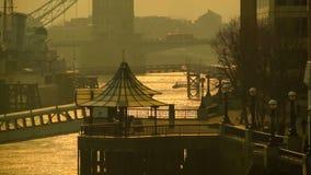 在泰晤士,塔桥梁河沿的清早在背景中 股票录像