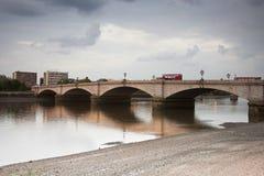 在泰晤士inin伦敦间的Putney桥梁 库存照片
