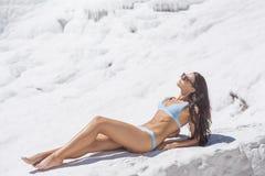 在泳装的旅游妇女模型在棉花堡,土耳其 免版税库存照片
