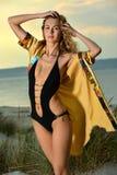 在泳装的美好和适合的时装模特儿 免版税图库摄影