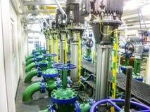 在泵站里面的设备的抽的流体 黑色例证行业油泵抽空白的船具 泵浦和门闩 阀门和管道 免版税库存图片