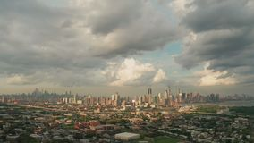 在泽西城NJ的宽鸟瞰图和隐约地出现在背景中的纽约 股票录像