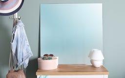在洗脸台的现代镜子在墙壁附近 免版税库存照片