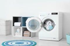 在洗衣机的被弄皱的毛巾在家 洗衣房 免版税图库摄影