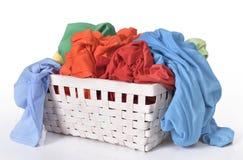 在洗衣篮的五颜六色的肮脏的衣裳 库存照片
