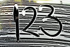在洗车泡沫样式的数字在车窗 库存图片