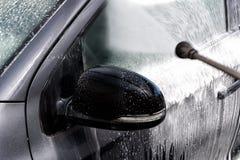 在洗车的汽车 免版税库存图片