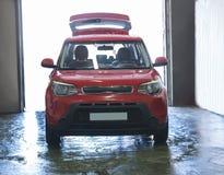 在洗车的红色汽车 免版税库存图片