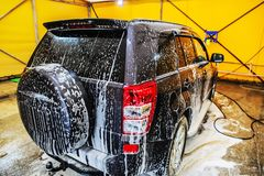 在洗车香波的汽车 免版税库存图片