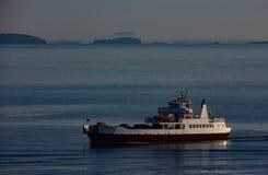 在洛克兰,缅因附近的载汽车轮船 免版税图库摄影