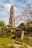 在洛斯因赫尼奥斯山谷谷的Manaca Iznaga塔在特立尼达,古巴附近 塔用于观看奴隶工作  免版税库存图片