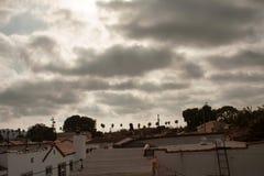 在洛杉矶上的喜怒无常的云彩 库存图片