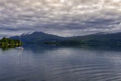 在洛蒙德湖,苏格兰的风船 免版税库存照片