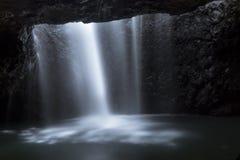 在洞的瀑布 免版税图库摄影