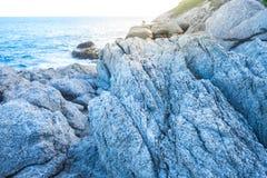 在洞的特写镜头白色岩石在日落时间 图库摄影