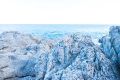 在洞的特写镜头白色岩石在日落时间 免版税库存图片