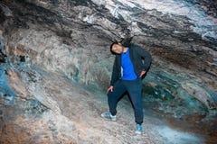 在洞的穴居人步行 免版税库存照片
