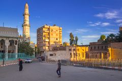 在洪加达街道上的人们日落的,埃及 免版税库存照片