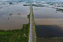 在洪水季节在泰国,鸟瞰图前的高速公路 库存照片