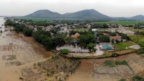在洪水季节期间,寺庙在河 免版税库存照片